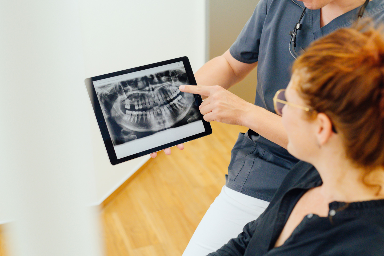 Nils Marckardt im Patientengespräch mit Digitaler Röntgenaufnahme
