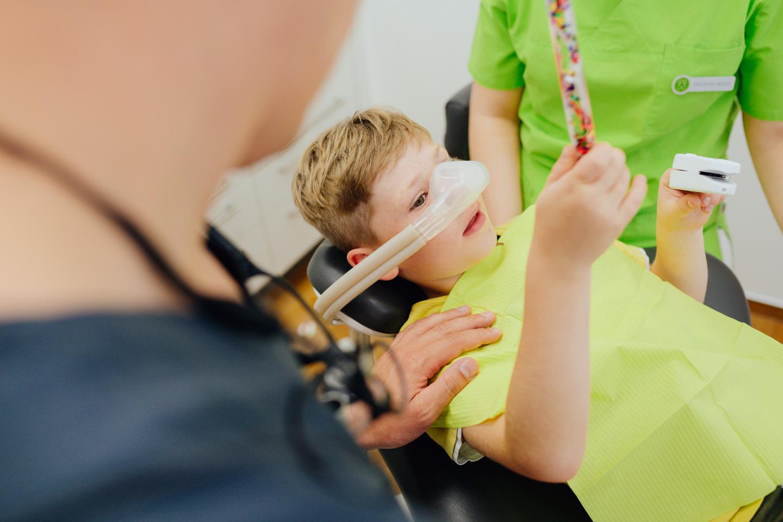 Nils Marckardt behandelt Kind unter Lachgas