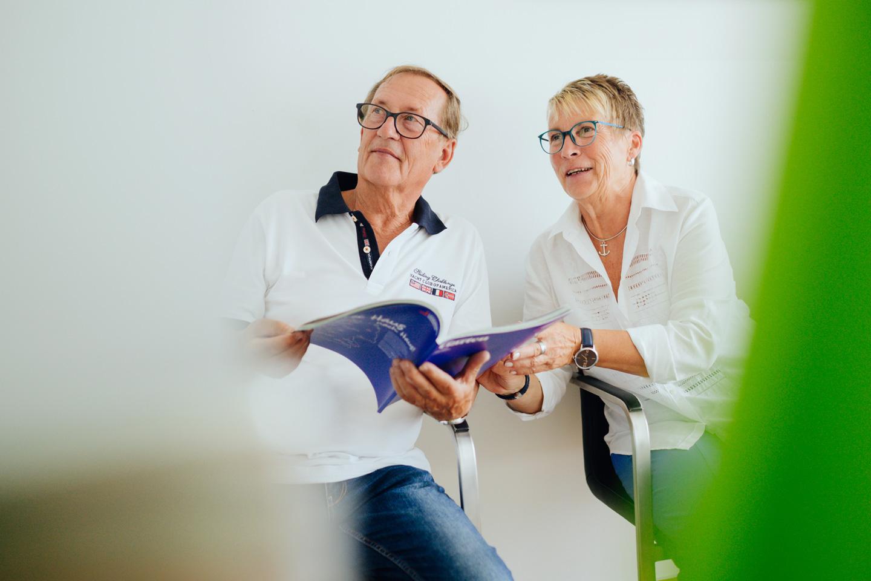 Zwei Patienten im Warteraum