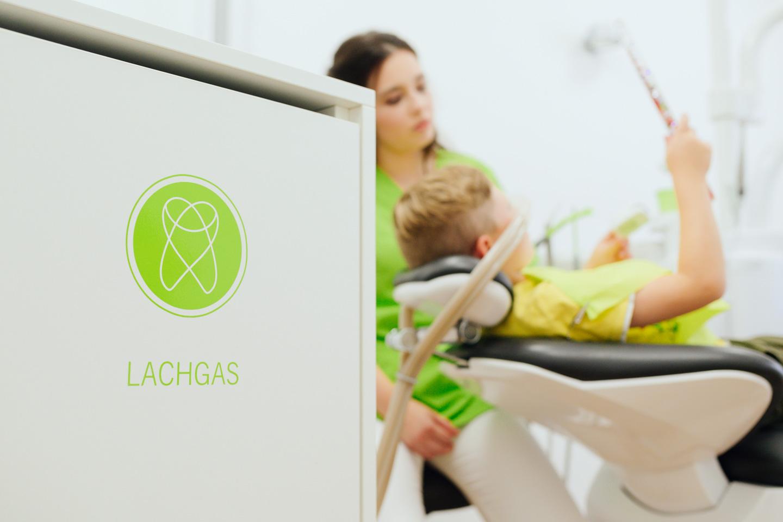 Junger Patient in einer Behandlung unter Lachgas