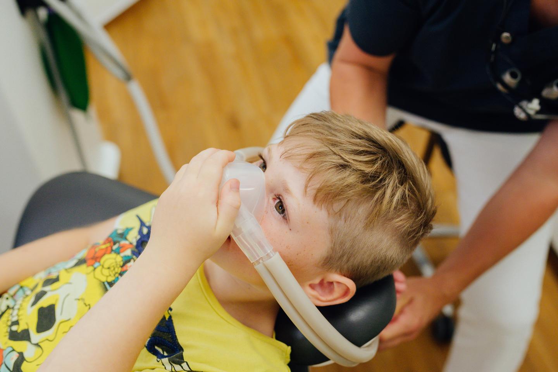 Junger Patient in einer Behandlung unter Lachgas (Detailaufnahme)
